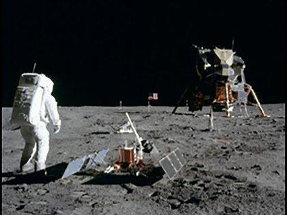 El astronauta Buzz Aldrin en la superficie de la Luna con el módulo lunar (LM) Eagle durante la actividad extravehicular del Apolo 11 (EVA)