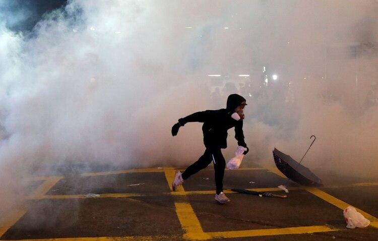La policía volvió a usar gases lacrimógenos contra los manifestantes (Reuters)