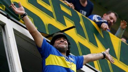 La imagen de Diego Armando Maradona con la camiseta de Boca en su palco en la Bombonera: en unas semanas la visitará como DT de Gimnasia (Fotobaires)