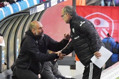 El saludo amistoso de Guardiola y Bielsa antes del partido: respeto puro (REUTERS/Paul Ellis)