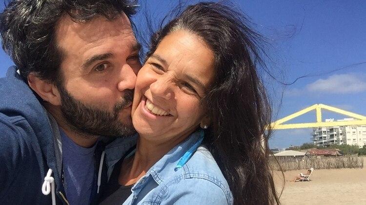 Guido junto a Georgina, su pareja y madre de sus hijos. Ella estaba amamantando cuando él estuvo en coma.