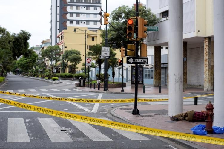 El cadáver de un hombre que se había derrumbado en la acera puede verse durante un toque de queda para aliviar el brote de la enfermedad por coronavirus en Guayaquil, Ecuador (Reuters)