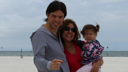Maica y Juan se convirtieron en padres de B. luego de que una amiga de la mujer pusiera su útero a disposición para llevar el embarazo
