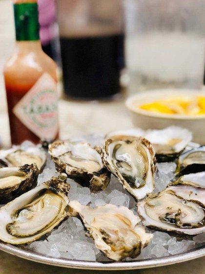 Swan Oyster Depot es un mostrador en un mercado de pescado que sirve los mejores mariscos frescos (@littlefoodiebigworld)