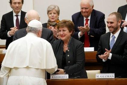 Gustavo Béliz, Kristalina Georgieva y Martín Guzmán hablan con Francisco durante un seminario ocurrido en 2020