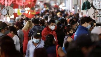 Imagen de archivo. Multitudes de personas llenan el mercado de pescado de La Viga durante el brote de la enfermedad por coronavirus (COVID-19), en Ciudad de México, México. 1 de abril de 2021. REUTERS / Luis Cortes