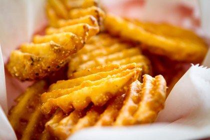 Papas fritas, el alto porcentaje de almidón tiende a quedarse mas fácilmente atrapado entre los dientes (iStock)