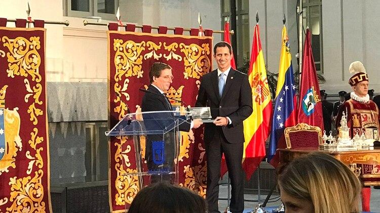 """Juan Guaidó recibió las llaves de la ciudad de Madrid: """"Que yo esté aquí quiere decir que Venezuela no está sola"""" (@Sergio_Ramos_A)"""