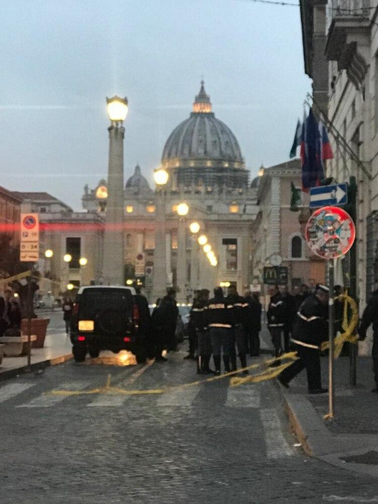 La Policía custodia la residencia del embajador ante el Vaticano, donde durmió el presidente Alberto Fernández.