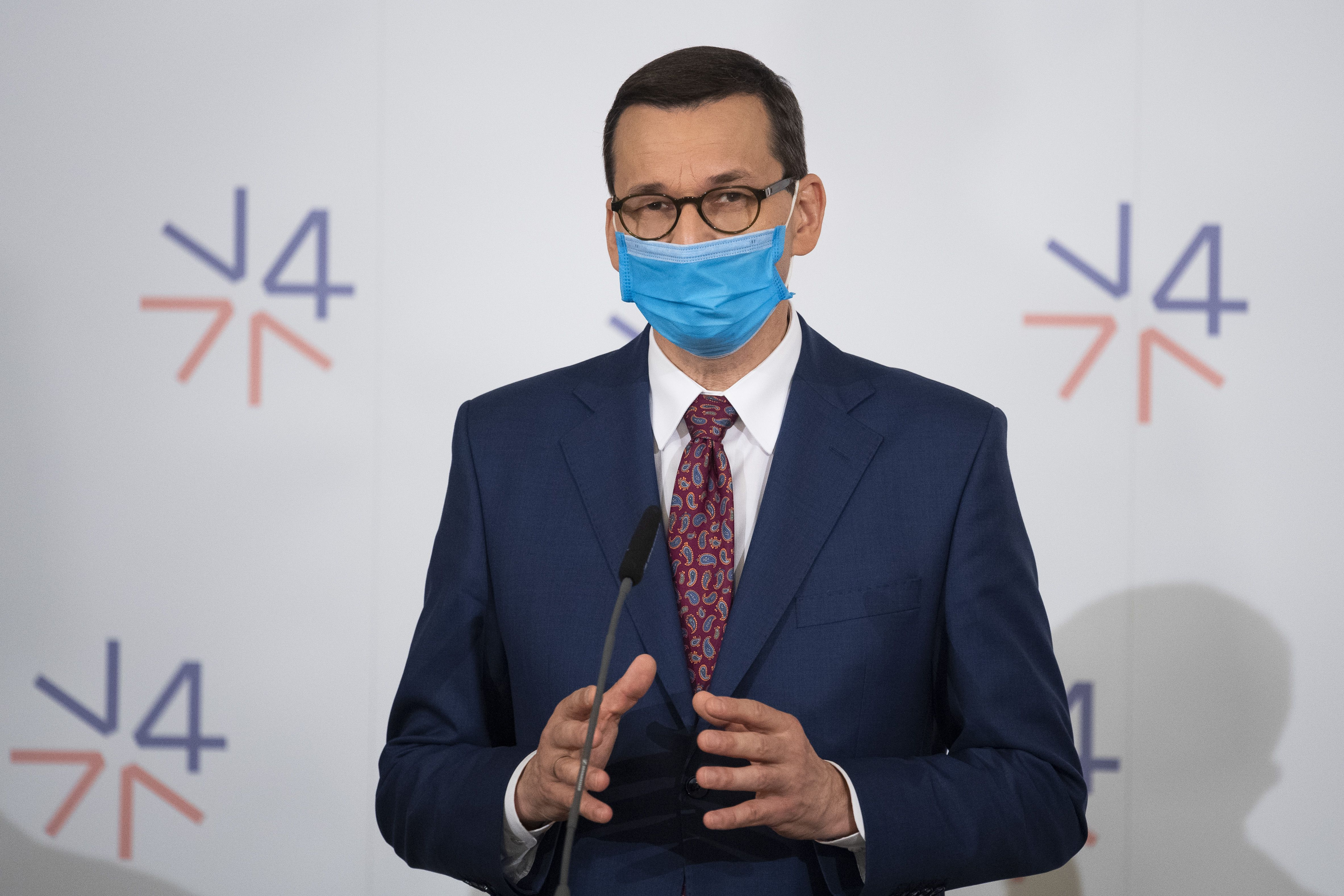 11/06/2020 11 June 2020, Czech Republic, Lednice: Poland's Prime Minister Mateusz Morawiecki wearing a face mask speaks during a press conference after the summit of the Visegrad Group (V4) countries at Lednice Chateau. Photo: Jaroslav Novák/TASR/dpa POLITICA INTERNACIONAL Jaroslav Novák/TASR/dpa