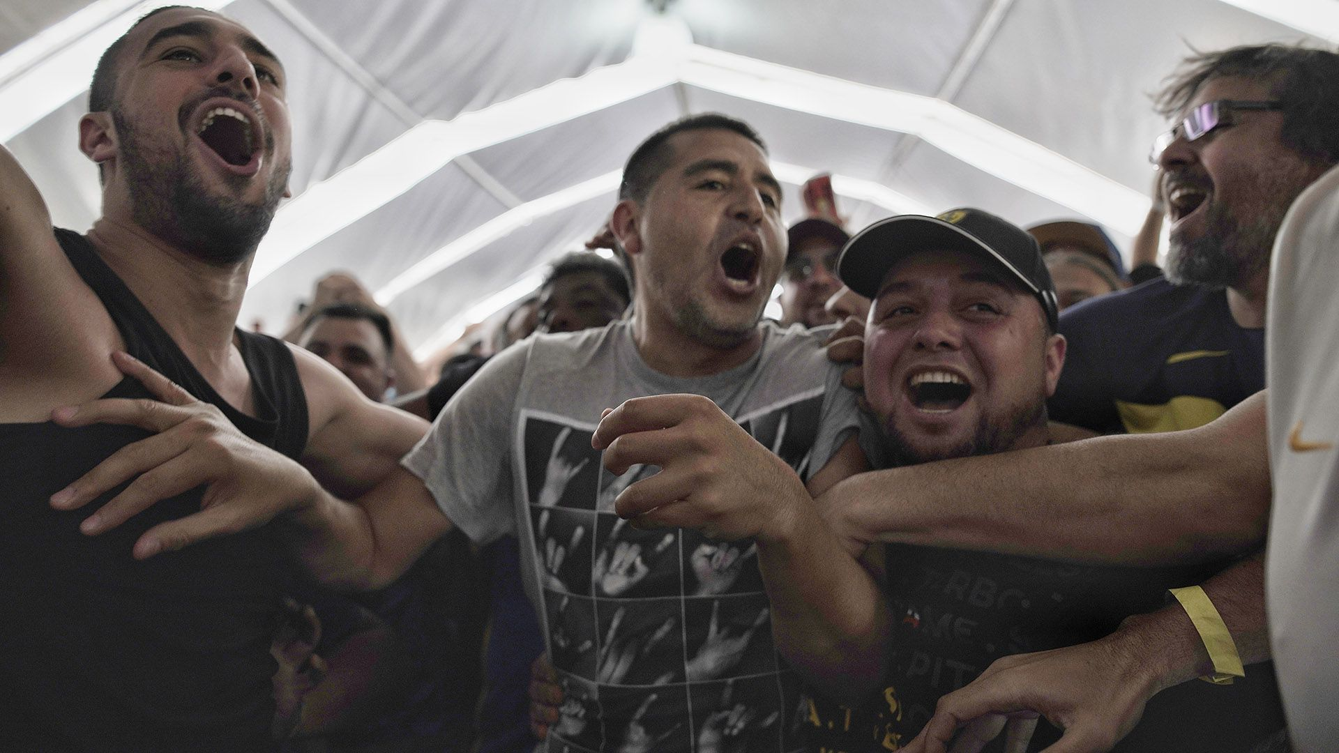 """Al grito de """"Dale Boca"""", Riquelme junto a los fanáticos justo antes de emitir su voto (Pablo Barrera)"""