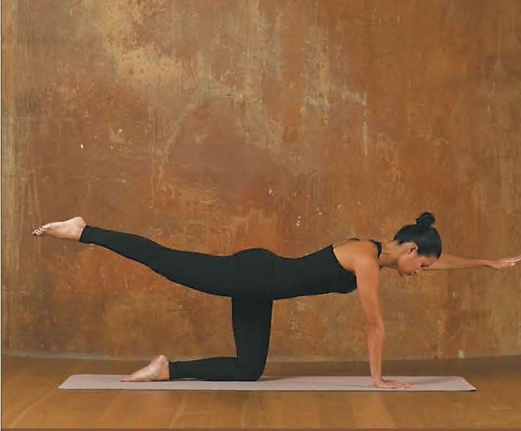 3.Elevá la pierna izquierda y el brazo derecho