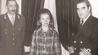 Isabel Perón, rodeada por Videla y Massera