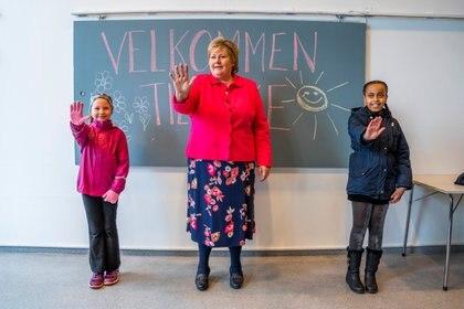 La premier noruega Erna Solberg junto a dos niños de la escuela Ellingsrudasen, antes de que se decrete el confinamiento por el brote de coronavirus (Hakon Mosvold Larsen/NTB Scanpix via REUTERS(