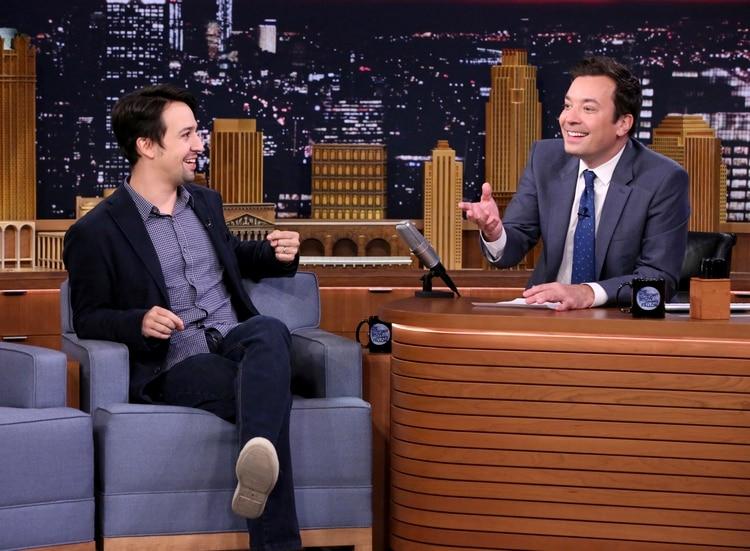 """Lin-Manuel Miranda durante una entrevista con Jimmy Fallon en """"The Tonight Show (Andrew Lipovsky/NBCU Photo Bank via AP)"""