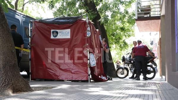 Efectivos de la policía y bomberos trabajaron en la puerta del edificio de Rocío