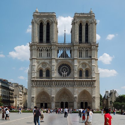 A distancia, se la ve impecable, pero la Catedral de París necesita reparaciones urgentes