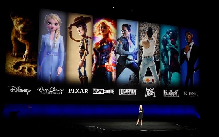 En esta fotografía de archivo del 3 de abril de 2019, personajes de películas de Disney y Fox proyectados detrás de Cathleen Taff, presidenta de distribución, administración de franquicias, negocios y studio de audiencias para Walt Disney Studios durante la presentación de Walt Disney Studios Motion Pictures en CinemaCon 2019. (Foto Chris Pizzello/Invision/AP)