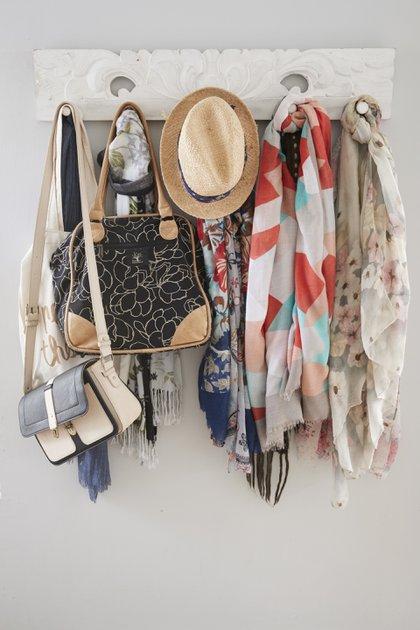 Para las coleccionistas de pañuelos o bufandas la especialista propone anudarlos en percheros para no almacenarlos en cajones y olvidarlos (Getty Images)