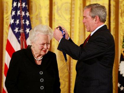Olivia de Havilland fue reconocida por George Bush en 2008 (Reuters)