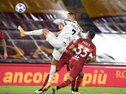 Cristiano Ronaldo ya metió el cabezazo salvador para el empate final 2-2 entre Roma y Juventus en el estadio Olímpico (REUTERS/Alberto Lingria)