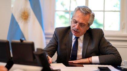 Alberto Fernández en su despacho de la quinta de Olivos