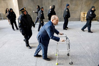 El productor de Hollywood Harvey Weinstein llega a la corte de Nueva York antes de ser condenado por abusos sexuales (9 de enero)