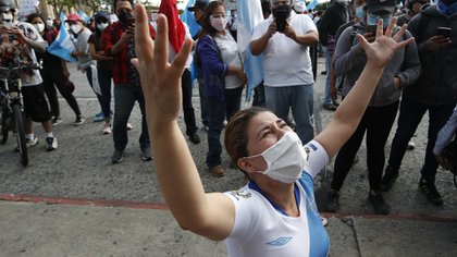 A protester outside the National Palace calls for the resignation of Alejandro Giammattei.  (AP Photo / Moises Castillo)