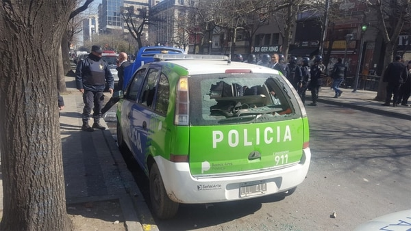 Los móviles policiales fueron atacados por los manifestantes que quisieron entrar a la gobernación
