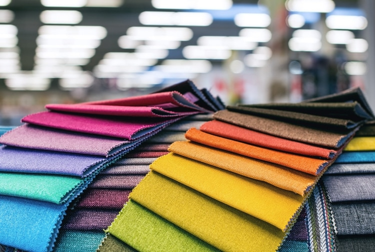 En los talleres textiles abundan las cartillas y muestras de colores con los diferentes tipos de géneros y los derivados de cada una de las tonalidades(Getty)