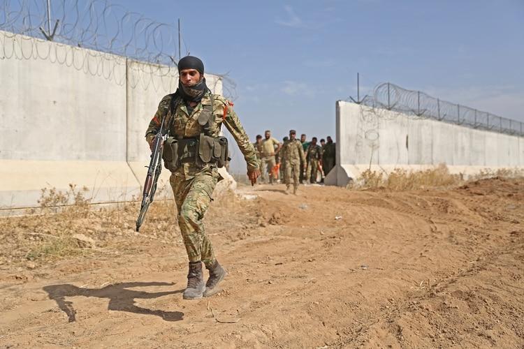 Tropas turcas y sus milicias aliadas cruzan la frontera siria, en los primeros momentos de