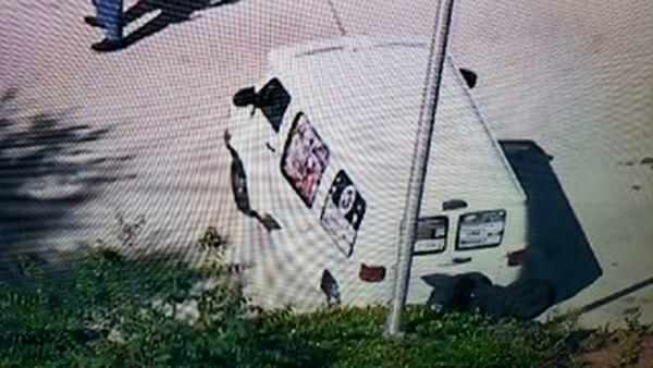 La camioneta que se llevaron las autoridades para investigar tras el arresto del sospechoso