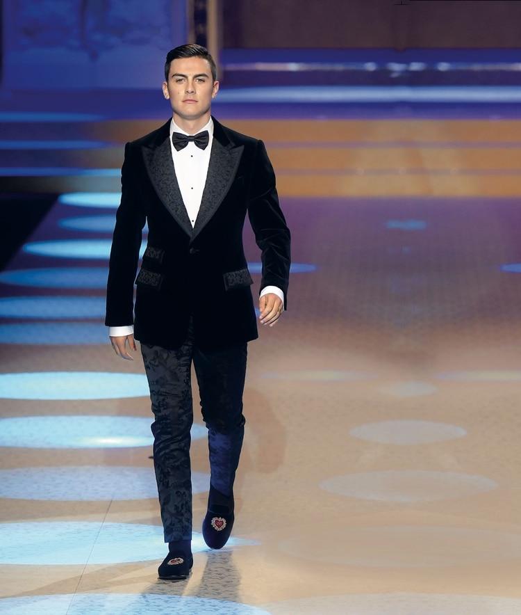 6117502416 Paulo Dybala desfila para Dolce & Gabbana en Milan. AFP PHOTO / Marco  BERTORELLO