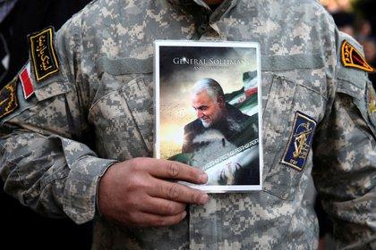 Un manifestante sostiene la foto de Qassem Soleimani durante una protesta contra el asesinato del general de división iraní Qassem Soleimani (Agencia de Noticias de Asia Occidental/Nazanin Tabatabaee vía REUTERS)