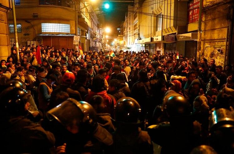 La policía cierra el paso de los manifestantes cerca del Tribunal Electoral en La Paz (AP/Jorge Saenz)