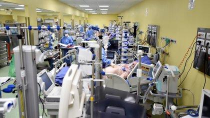 Como sucedió en Italia, en EEUU los hospitales analizan cómo se hará el triaje de pacientes para priorizar las vidas muchos sobre la de uno. (REUTERS/Flavio Lo Scalzo)