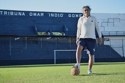 El Indio Gómez con la tribuna de la cancha de Quilmes que lleva su nombre