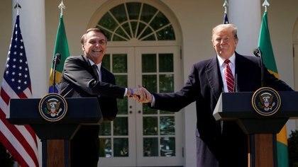 Foto de archivo. El presidente de Brasil Jair Bolsonaro se da la mano con su par estadounidense Donald Trump en una conferencia de prensa conjunta en el Rose Garden de la Casa Blanca en Washington. 19 de marzo de 2019. REUTERS/Kevin Lamarque.