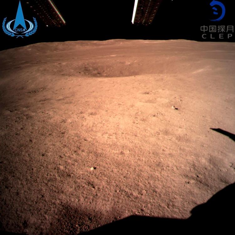 La primera imagen de la cara oculta de luna tomada por Chang'e-4 tras el alunizaje. (Administración Espacial Nacional China/Xinhua News Agency via AP)