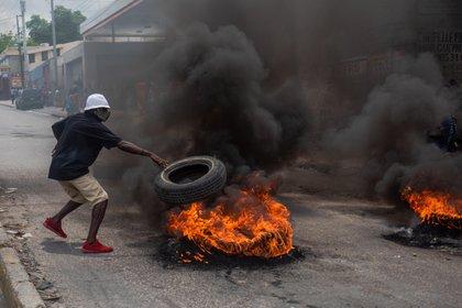 Manifestantes apoyan la protesta de un grupo de policías haitianos que incendiaron varios vehículos (EFE /JEAN MARC HERVE ABELARD)