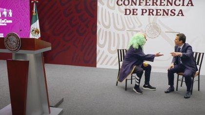 Brozo y Loret realizaron un sketch en un escenario idéntico al salón donde López Obrador da la mañanera todos los días (Foto: Captura de pantalla)