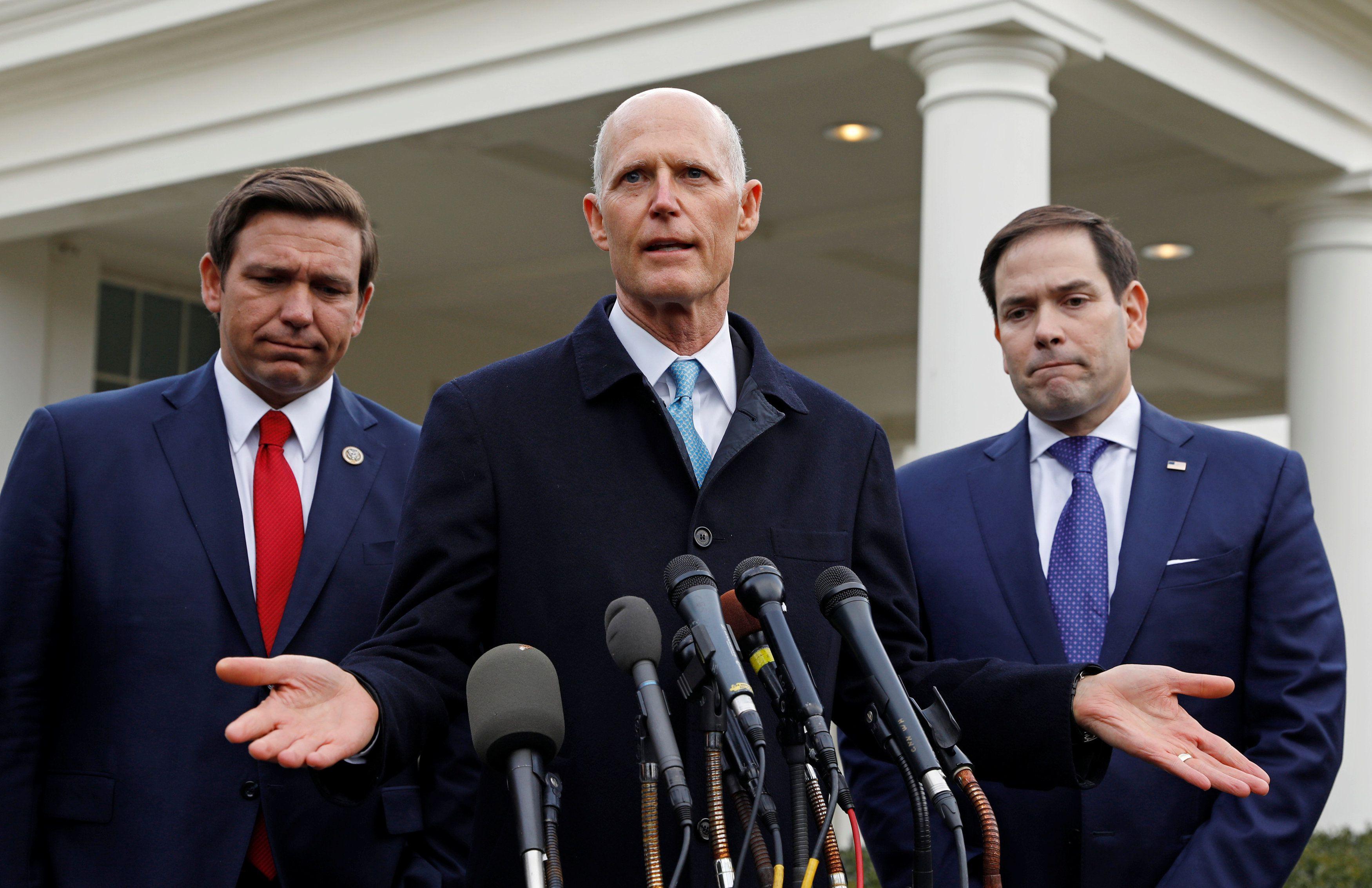 El gobernador de Florida Ron DeSantis, y los senadores de Florida Rick Scott y Marco Rubio hablan con los reporteros después de su reunión con el Presidente Donald Trump sobre Venezuela en la Casa Blanca el 22 de enero de 2019 (REUTERS/Kevin Lamarque)