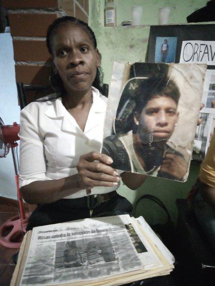 Lina Rivera y muestra foto de su hijo asesinado por el Faes (foto: Elizabeth Ostos)