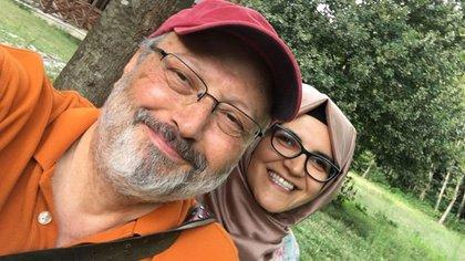 Jamal Khashoggi, junto a su prometida Hatice Cengiz, quien esperaba por el periodista fuera de la embajada y fue la primera en reportar su desaparición