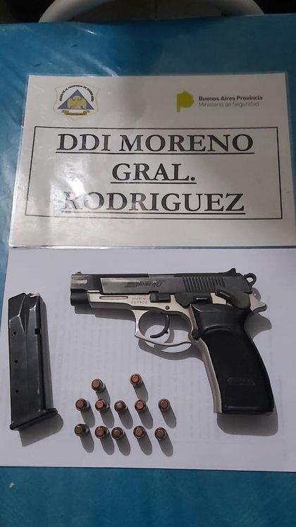 """La pistola marca Bersa calibre .40 que había en la casa de Paredes con una remera negra con la inscripción """"Policía"""" y un handy"""