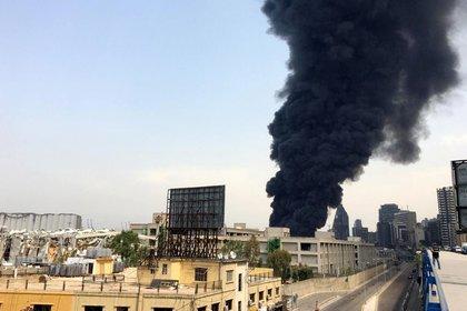 Una columna de humo sale desde el puerto este jueves en Beirut (Reuters/ Alaa Kanaan)