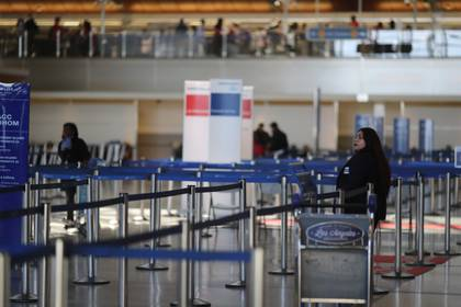 El aeropuerto de Los Angeles, casi vació (REUTERS/Lucy Nicholson)