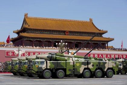 Vehículos militares del régimen chino muestran misiles balísticos antibuque DF-21D, potencialmente capaces de hundir un portaaviones como el que se probó en el Mar del Sur de China (Reuters)