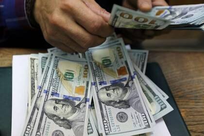 Un empleado cuenta billetes de un dólar estadounidense en una oficina de cambio de moneda en el centro de El Cairo, Egipto, 20 marzo 2019. REUTERS/Mohamed Abd El Ghany