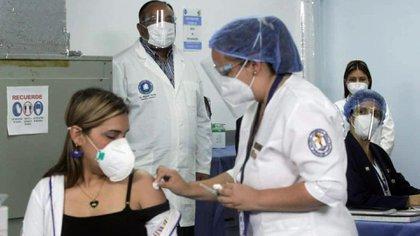 Glendy Rivero, una médica del estado Miranda, fue la primera venezolana en vacunarse con la Sputnik V (@NicolasMaduro)